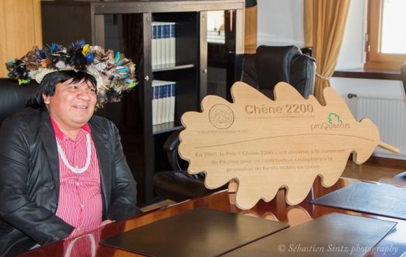"""Le chef Almir a été reçu par les autorités communales de Peseux l'automne dernier pour un échange """"entre chefs de tribus"""". (Photo : S. Sintz)"""